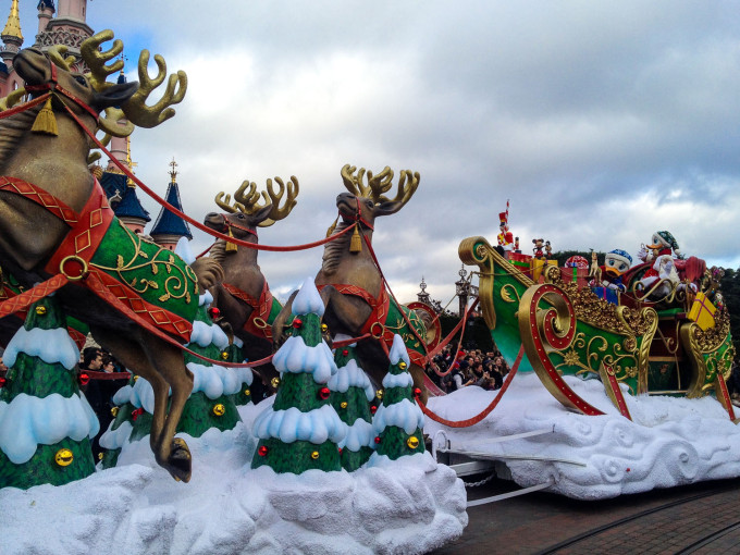 santas sleigh in disneyland paris christmas parade disneyland_paris_christmas_parade_santa