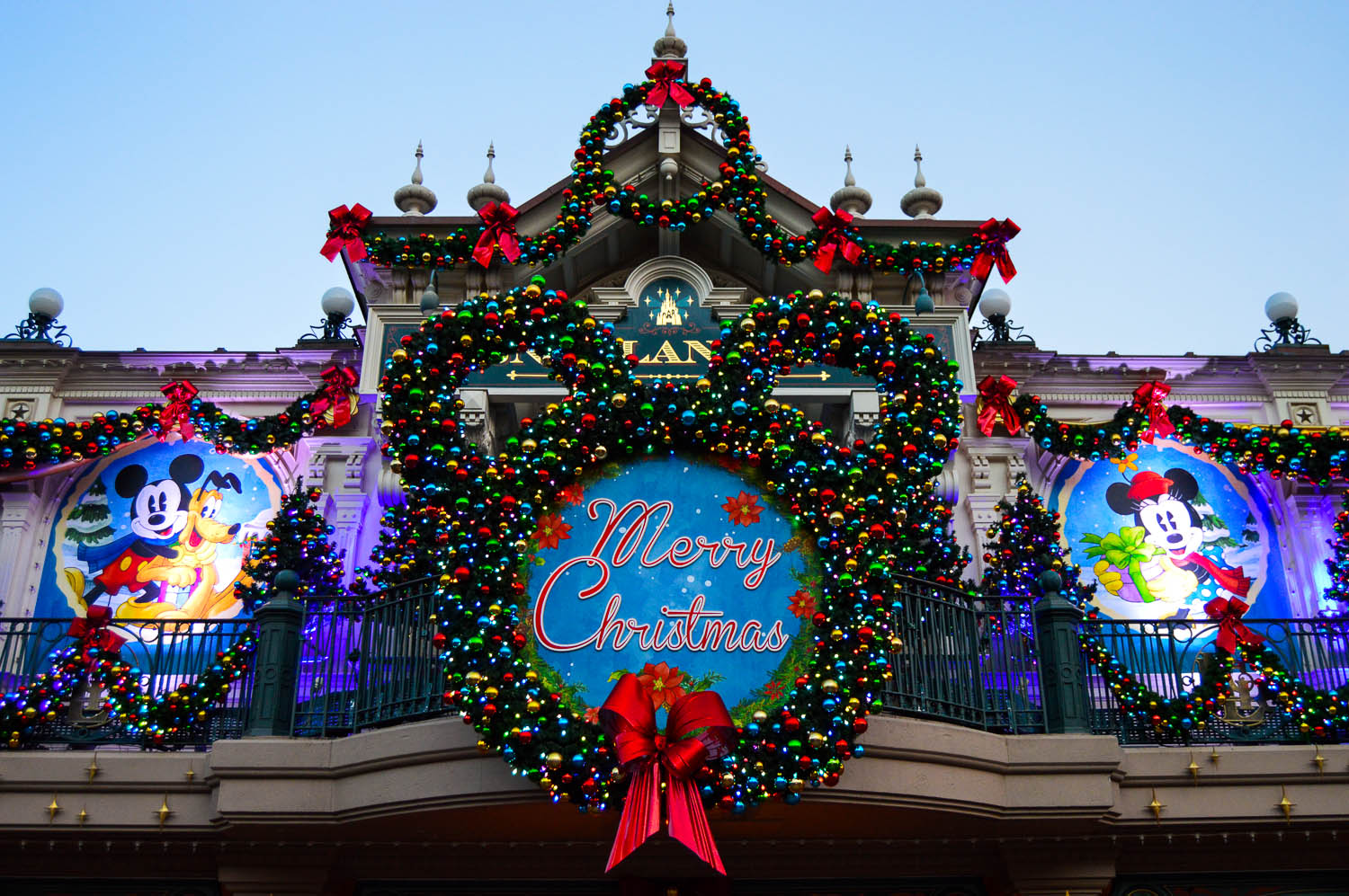 a guide to celebrating christmas at disneyland paris