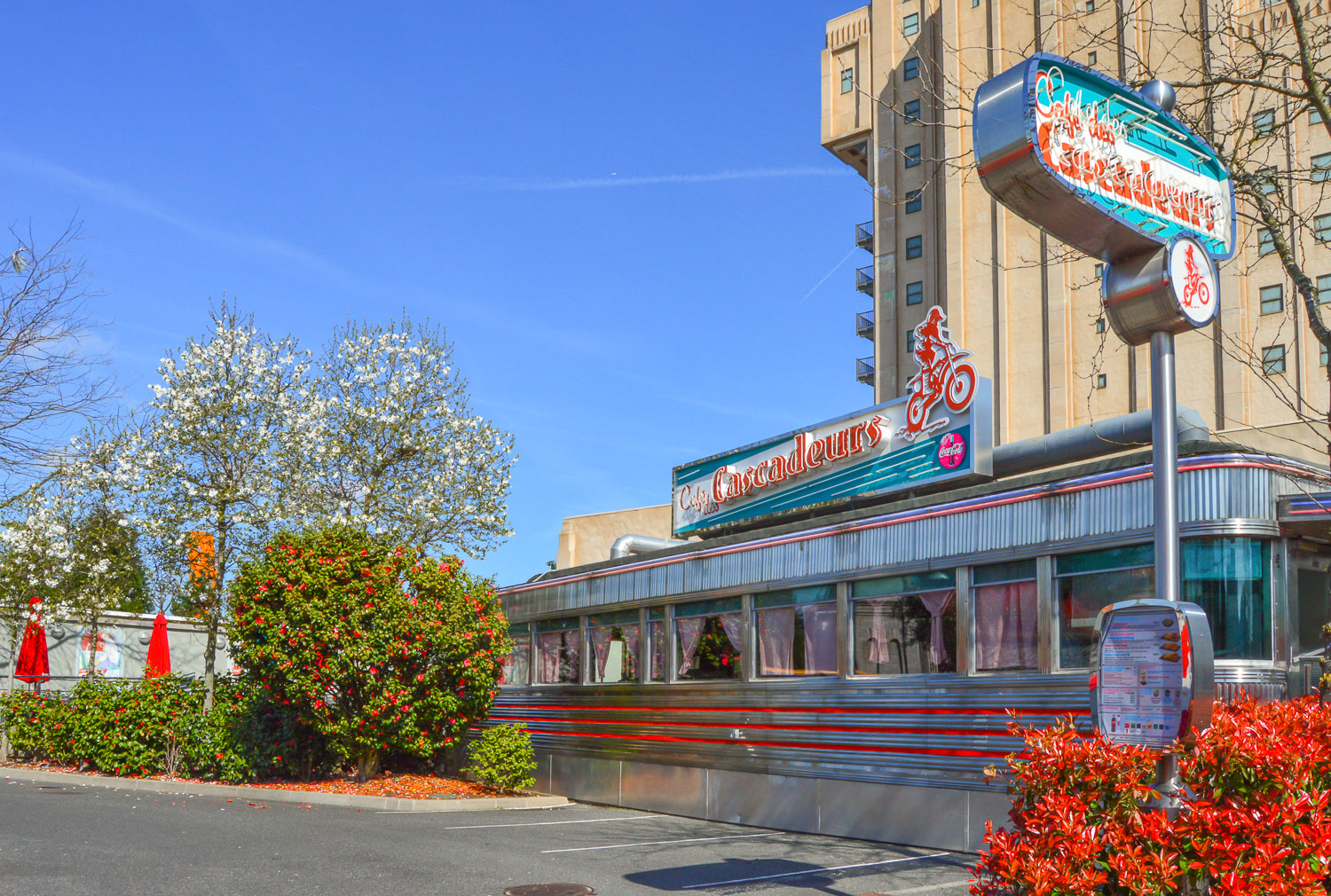 Cafe des cascadeurs an american diner in disneyland paris for 50 s diner exterior